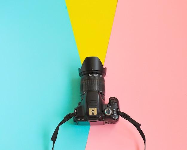 ファッションフィルムカメラ。暑い夏のバイブ。ポップアート。カメラ。流行に敏感な流行の付属品。 Premium写真