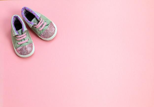 女の子のための子供用デニムスポーツシューズ、ピンクの背景の上に立ちます。 Premium写真