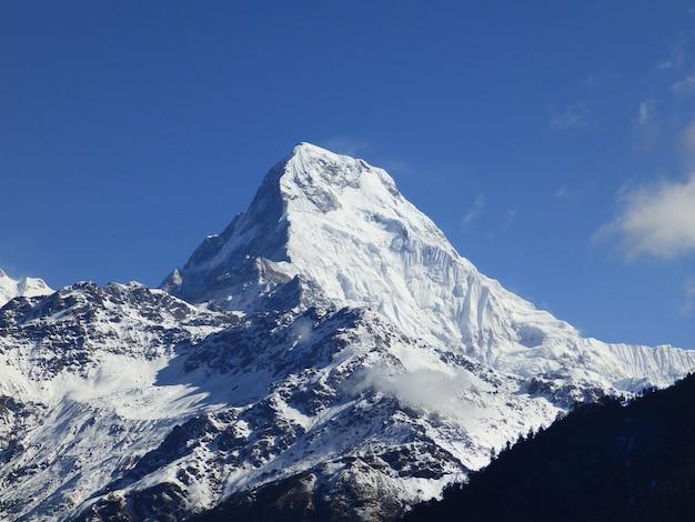 ネパール上の雪の中の山々 Premium写真