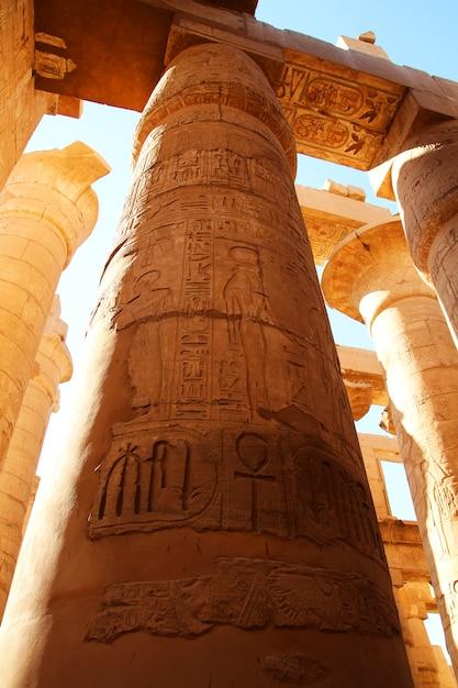 ルクソールのカルナック神殿。ファラオと彼の妻の彫刻が施された多色柱 Premium写真