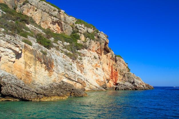 Красивые морские пейзажи на острове закинфа в греции. голубые пещеры. Premium Фотографии