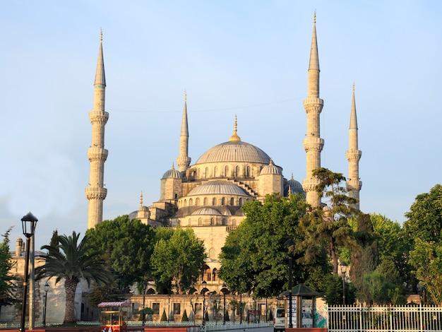 日の出のイスタンブールのブルーモスク。七面鳥 Premium写真