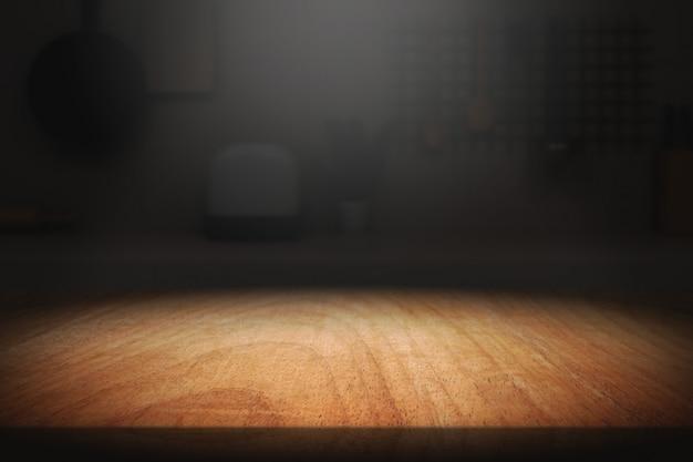 明るい背景と暗い部屋で木のテーブル。 Premium写真