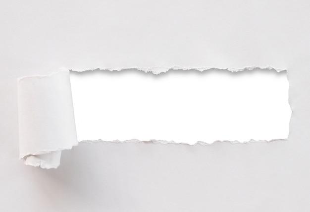 破れた紙の白い背景で隔離されました。 Premium写真