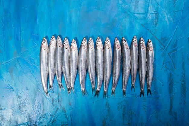 Морепродукты. мелкая морская рыба, анчоусы, сардины Premium Фотографии