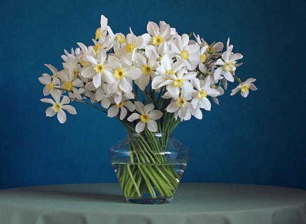ガラスの花瓶に水仙の花束。 Premium写真