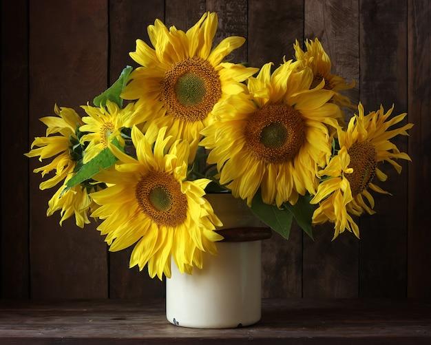 缶のヒマワリの美しい花束 Premium写真
