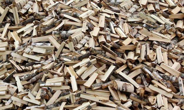 木は斧で切り刻み、丸太。 Premium写真