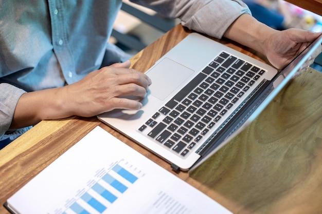 グラフを操作するカジュアルスタイルのビジネスマン Premium写真