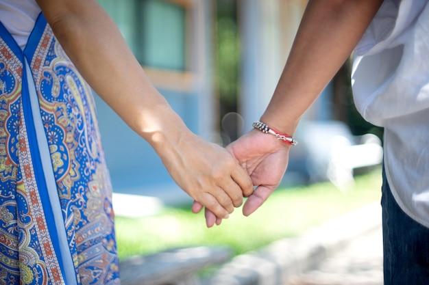 女性と彼女の友人は一緒に指を手します。 Premium写真