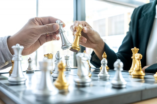 ビジネスマンの思考と彼の手に王のチェスを保持 Premium写真
