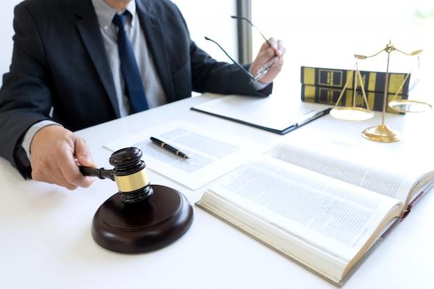 裁判官または弁護士の事務所では、 Premium写真