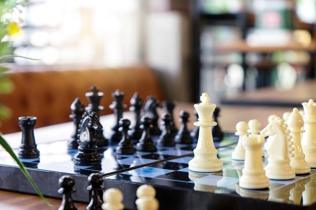 チェス盤テーブルの上のチェスゲーム Premium写真