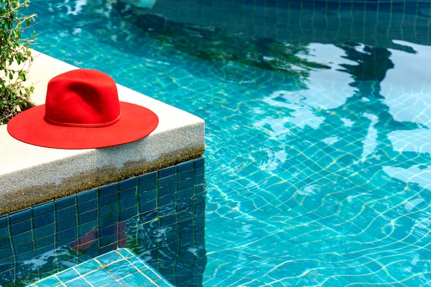 青い水プールに赤い帽子 Premium写真