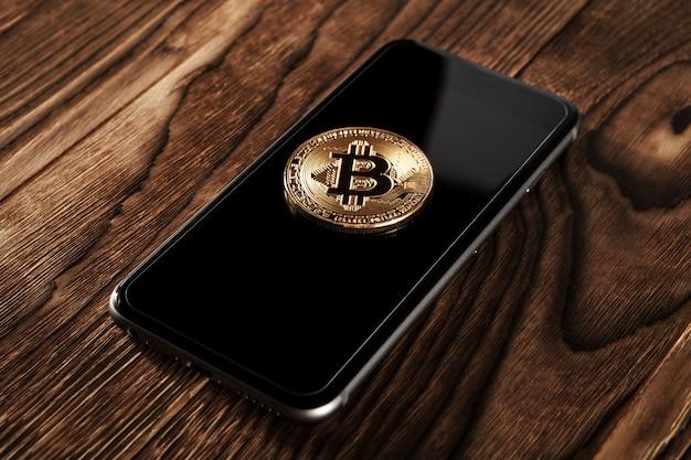 スマートフォンの財布からビットコインへのドルの振替 Premium写真