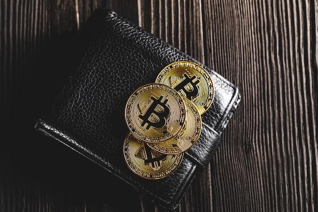 黒の財布にドルとビットコイン Premium写真