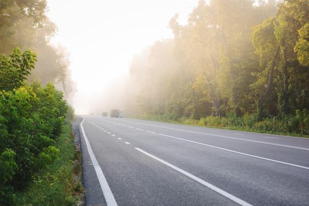アスファルト道路と青空の下の山 Premium写真