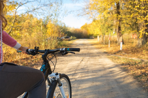 マウンテンバイクで丘を下って自転車で急降下します。バイカーの目からの眺め。 Premium写真