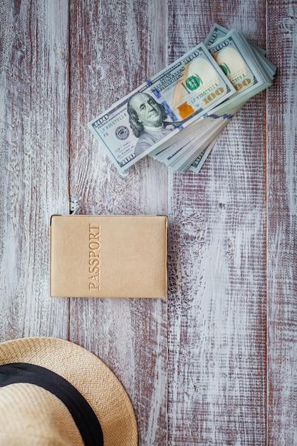 木製の背景に分離された旅行のためのオブジェクト Premium写真