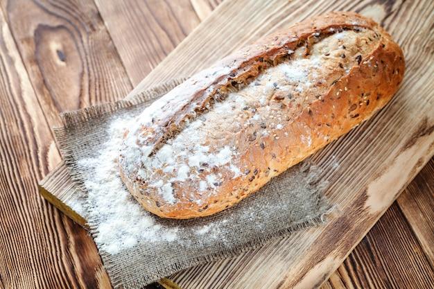 Хлеб на деревянном фоне Premium Фотографии
