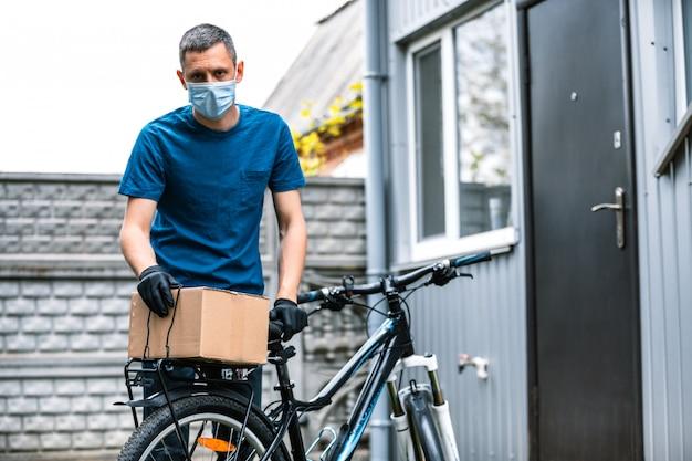 Пандемическая доставка еды на дом на велосипеде. социальное дистанцирование для риска заражения Premium Фотографии