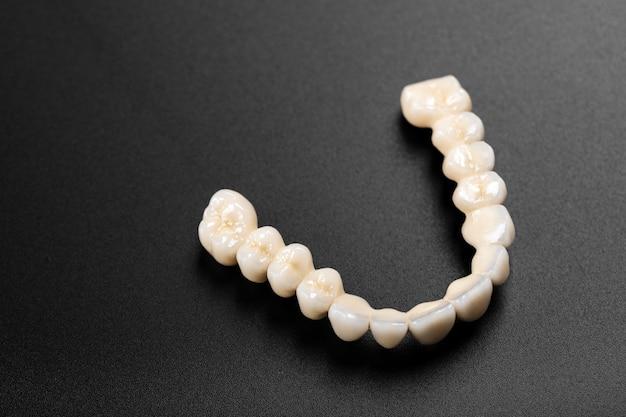 黒の義歯 Premium写真