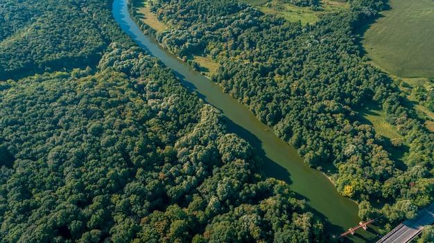 カメラでドローン、高さから美しい夏の小さな川 Premium写真