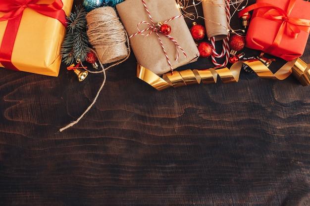 木製の背景にクリスマスの装飾フレーム。 Premium写真