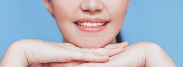 若い女性の美しい完璧な笑顔。 Premium写真