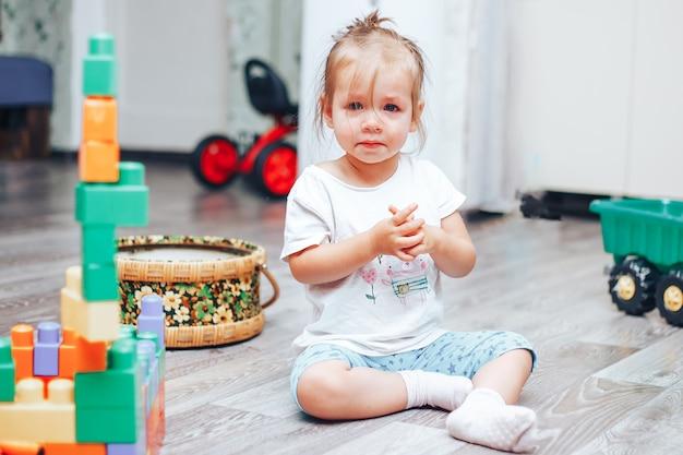 彼女は動揺して床に座って泣いている女の子 Premium写真