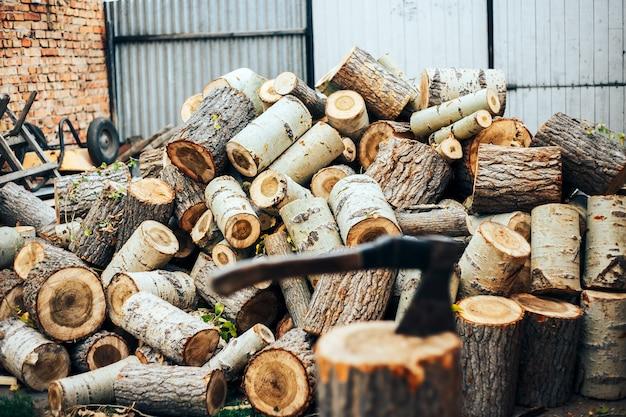 木のぎっしりと突き出ている斧の鋭い刃。 Premium写真