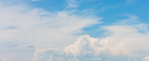 Красивый синий фон неба с белыми облаками в солнечный день Premium Фотографии