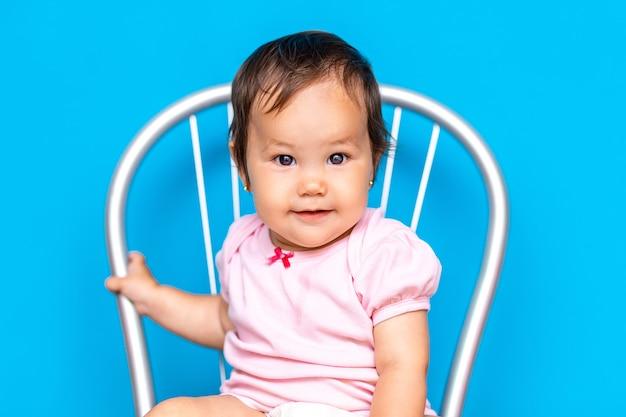 黒い髪と茶色の目を持つ小さな女の赤ちゃん Premium写真