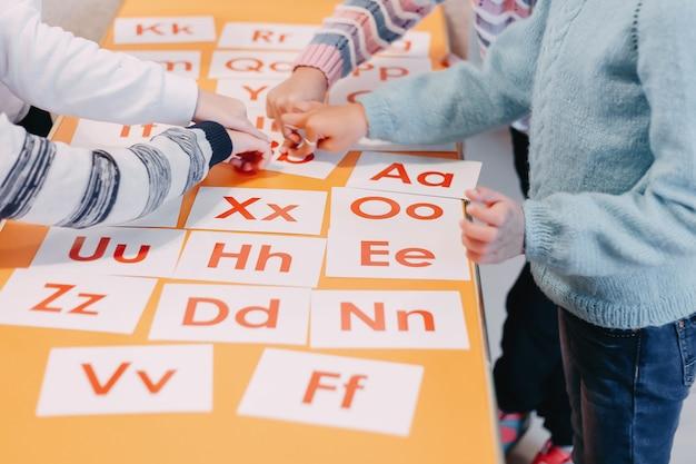 英語の絵と数字で生徒の教育用トランプ Premium写真
