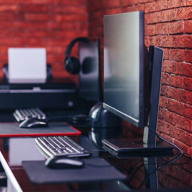Компьютерные мониторы с черным экраном на столе Premium Фотографии