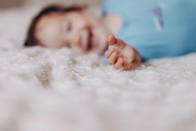 女の赤ちゃんや男の子の白いシーツでベッドの上でクロール Premium写真