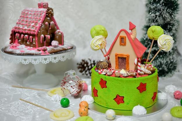 おとぎ話の森のグリム兄弟によるおとぎ話のヘンゼルとグレーテルケーキの甘い家 Premium写真