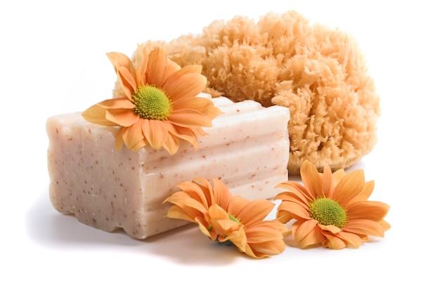 天然スポンジ、石鹸、白い背景の上の花 Premium写真