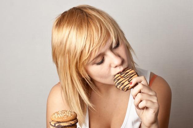 クッキーを食べる女 Premium写真
