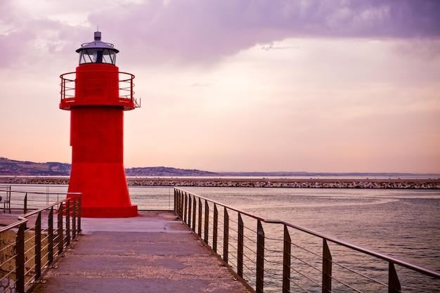 アンコーナ、イタリアの赤い灯台 Premium写真