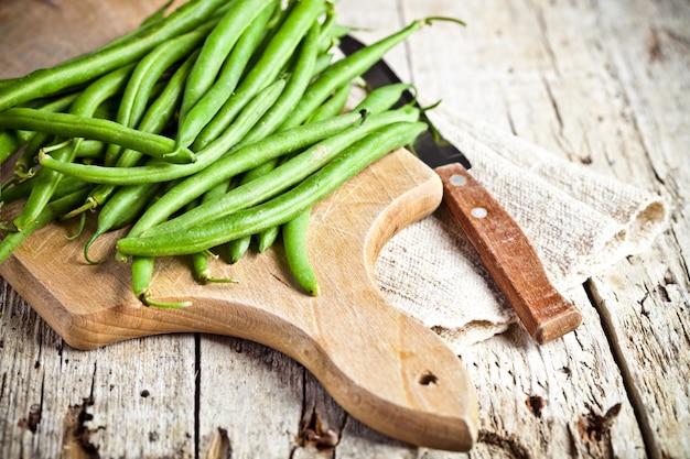 緑色のインゲンとナイフ Premium写真