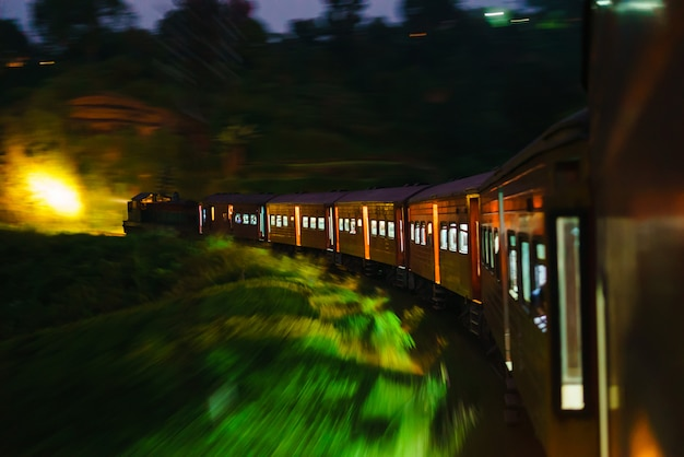 スリランカの列車の夕方の組成旅行アジア Premium写真