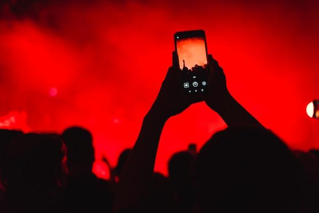 スマートフォンでのコンサートでの観客 Premium写真