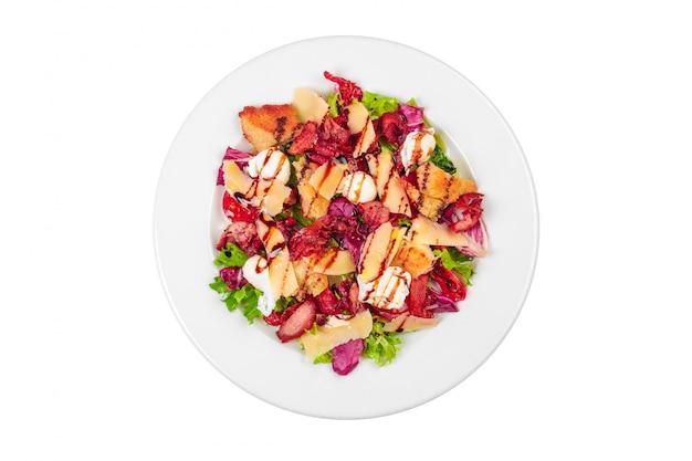 ベーコン、羊のチーズ、チェリートマトのサラダプレート Premium写真