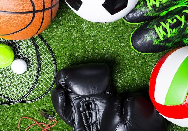 Различные спортивные инструменты на траве Premium Фотографии