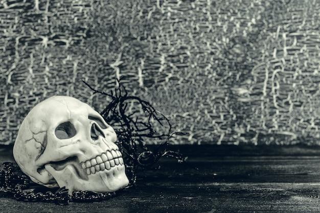 ハロウィーンの人間の頭蓋骨、古い木製のテーブル Premium写真