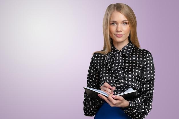 クリップボードとペンとフレンドリーな若い笑顔実業家 Premium写真