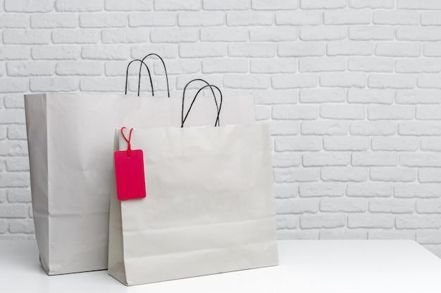 テーブルの上の買い物袋 Premium写真