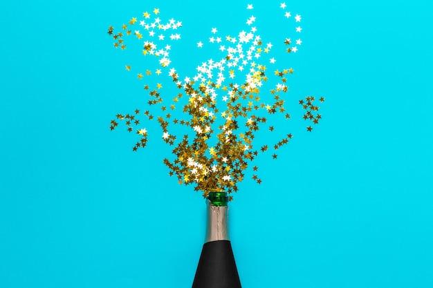 カラフルなパーティーの吹流しとシャンパンのボトル Premium写真