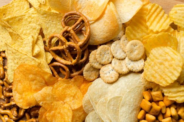 Соленые закуски. крендельки, чипсы, крекеры Premium Фотографии